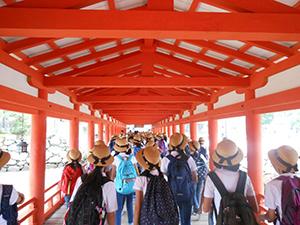 厳島神社を拝観します。