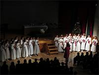 聖歌隊の歌で始まるクリスマスの集い